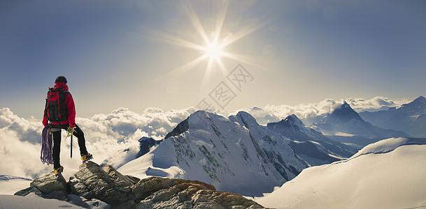 男性登山者图片
