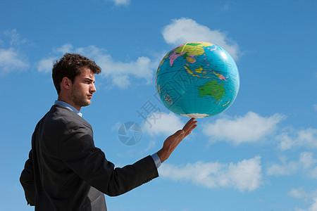 商人拿着地球仪图片