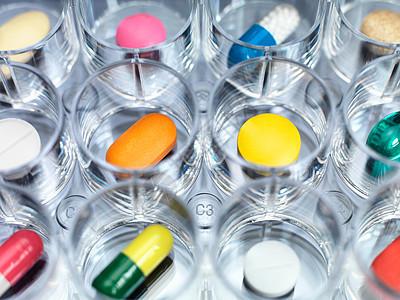 多种药物放在多孔托盘中图片