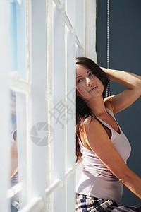 坐在窗台上的女人图片