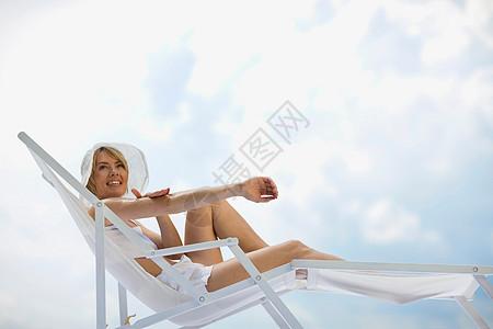 躺着晒太阳的女人图片
