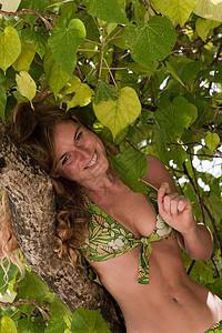 抱着树的女人图片