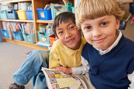 学生们一起读书图片