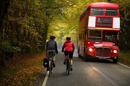 乡村里骑自行车的夫妇图片