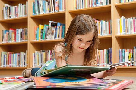 学校图书馆的学生图片