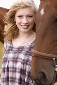 年轻的女人和马图片