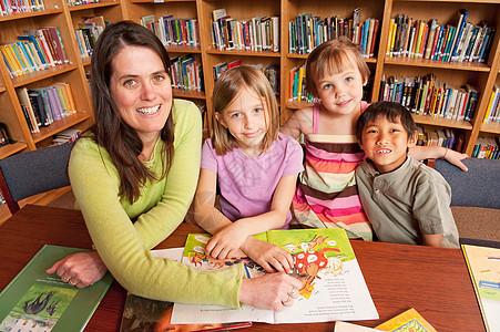 学校图书馆的师生图片