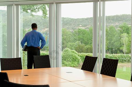 商人看着窗外图片