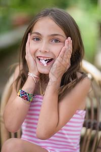 吃糖的女孩图片