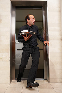 服务员冲出电梯图片