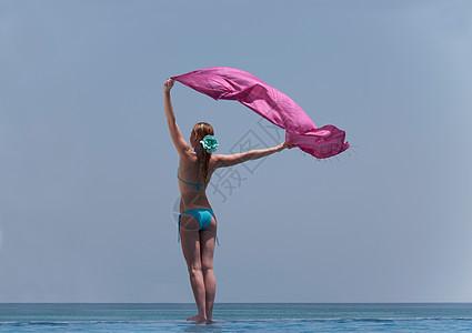 站在无限池边的女人图片