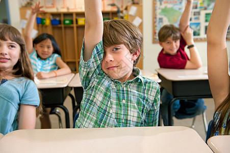 学生在课堂上举手图片