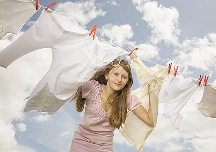 抓着晾衣绳往外看的女孩图片