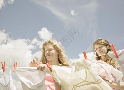 女孩们在晾衣绳上搭衣服图片