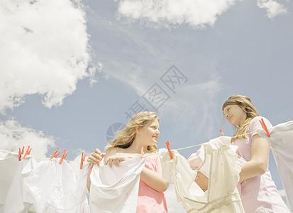 女孩们在晾衣绳上晾衣服图片