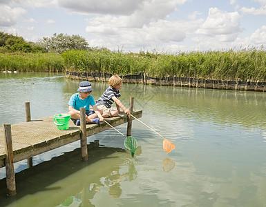 男孩们在码头钓鱼图片