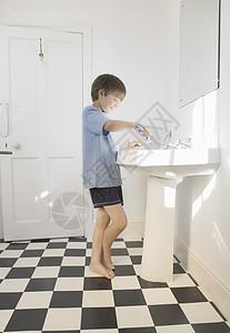 男孩清洁牙齿图片