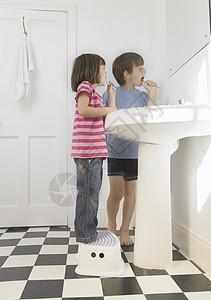 男孩和女孩清洁牙齿图片