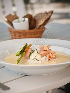 一碗鱼菜汤图片