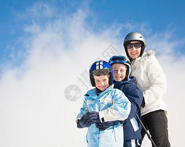 女人和两个穿滑雪板的男孩图片