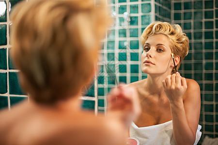 在浴室化妆的女人图片