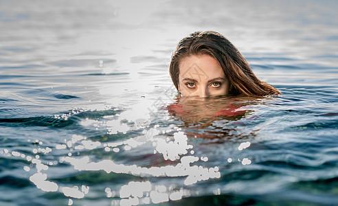意大利撒丁岛卡斯蒂达斯,海上游泳的年轻女子画像图片