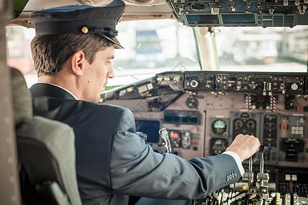 飞机驾驶舱男飞行员图片