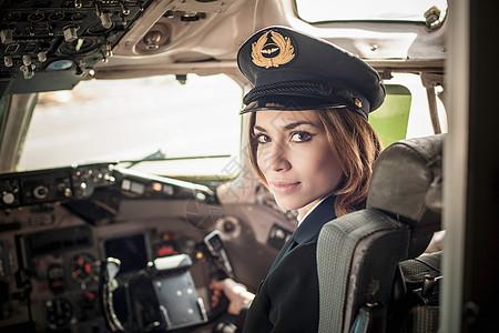飞机驾驶舱里的女飞行员图片