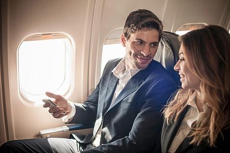 飞机上使用手机的人图片