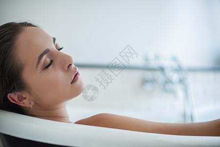 洗澡时睡着的女子图片