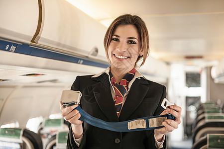 空姐在飞机上进行安全演示图片