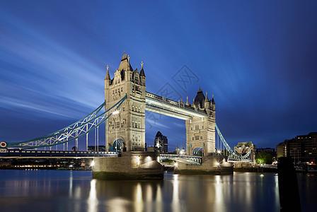 伦敦的塔桥晚上亮着图片