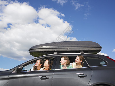 从车窗向外看的女孩们图片