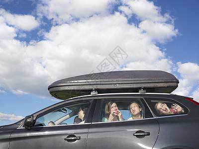 女孩在车里做鬼脸图片