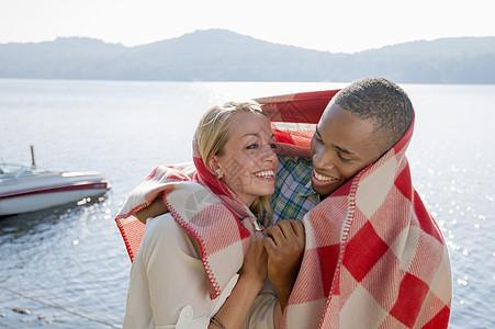 美国纽约哈德利湖边裹着毯子的年轻夫妇图片