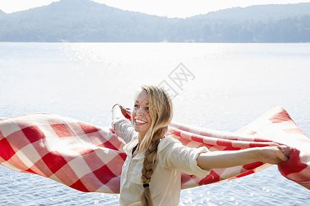 美国纽约哈德利湖边拿毯子的年轻女子图片