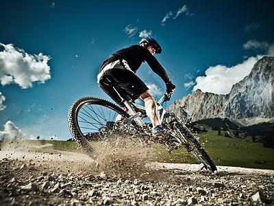骑自行车下坡的男子图片