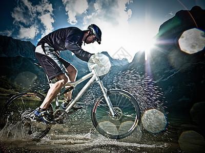 骑山地自行车的男人图片