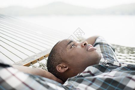 躺在吊床上的年轻人图片