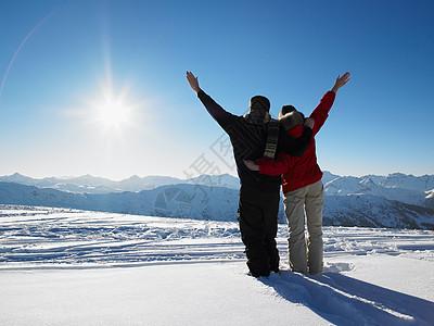 欣赏山景的夫妇图片