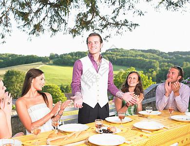 朋友在外面吃饭图片