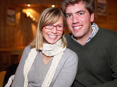 餐馆里的情侣图片