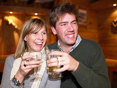 在餐馆喝酒的夫妇图片