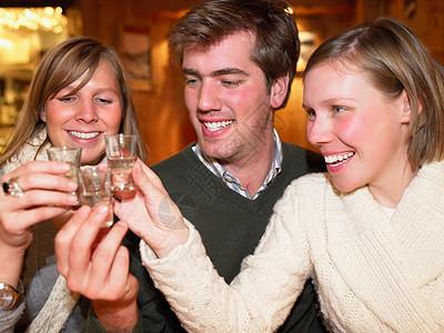 在餐厅干杯的一小群人图片