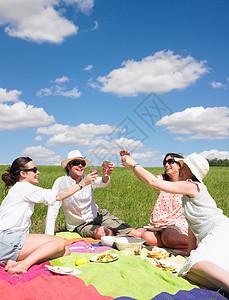 在草地上的年轻人图片