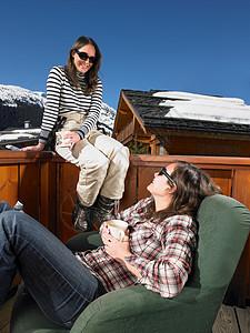 在露台上聊天的年轻女人图片