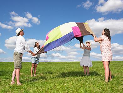铺野餐毯的年轻人图片