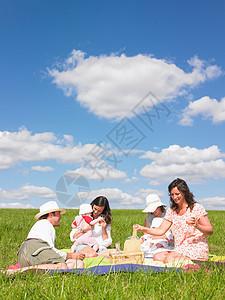 年轻人在野餐毯上图片