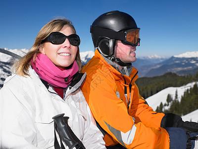 滑雪缆车上的微笑情侣图片