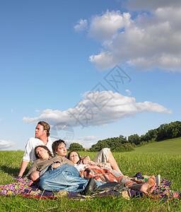 躺在田里的年轻人图片